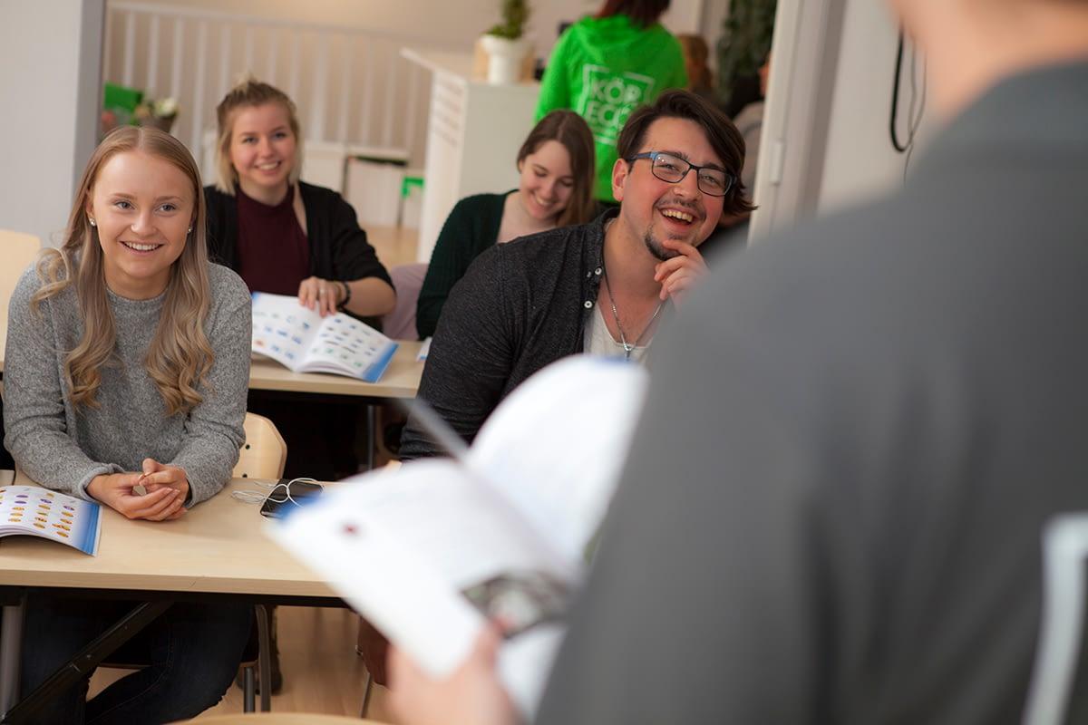 Elever samlade i teorisalen som lyssnar på utbildare